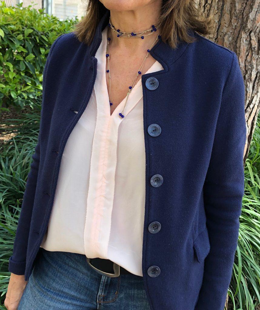 3e0a3c21a105 Collar Paquare en beig con cristal en color azulón con varias vueltas en el  cuello