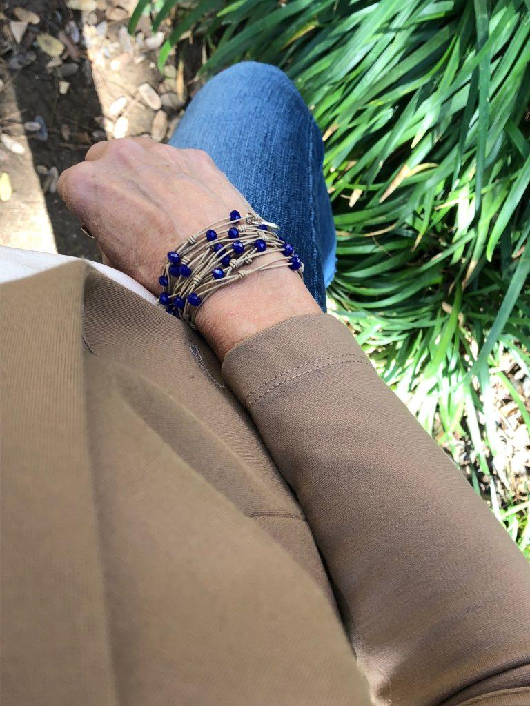 1a6ee0a1bbb7 Collar Paquare en beig y cristal azulón como pulsera.